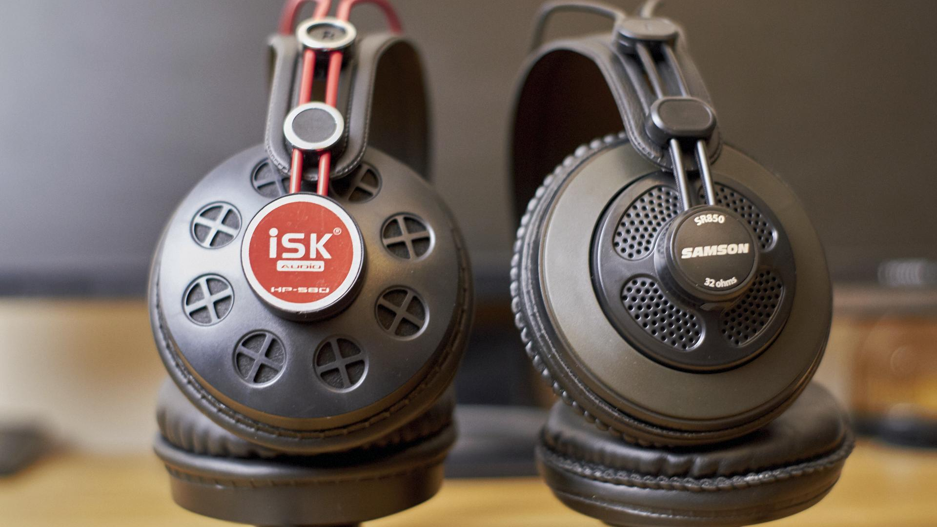Samson SR850 vs ISK HP580 – two pairs of headphones on a tight budget